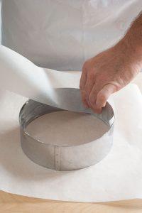 Imburrare e foderare un anello da 18 cm | Torta rovesciata lamponi e pistacchi | tortaoragione.it